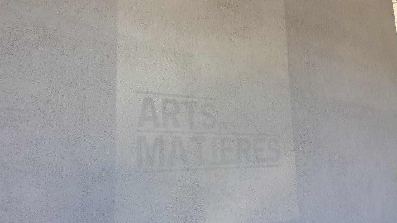 mur beton brut un mur brut de dcoffrage papier peint imitation texture de bois formwork grav. Black Bedroom Furniture Sets. Home Design Ideas